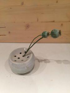 vaasje in klei keramiek met gaatjes voor bloemen door te steken