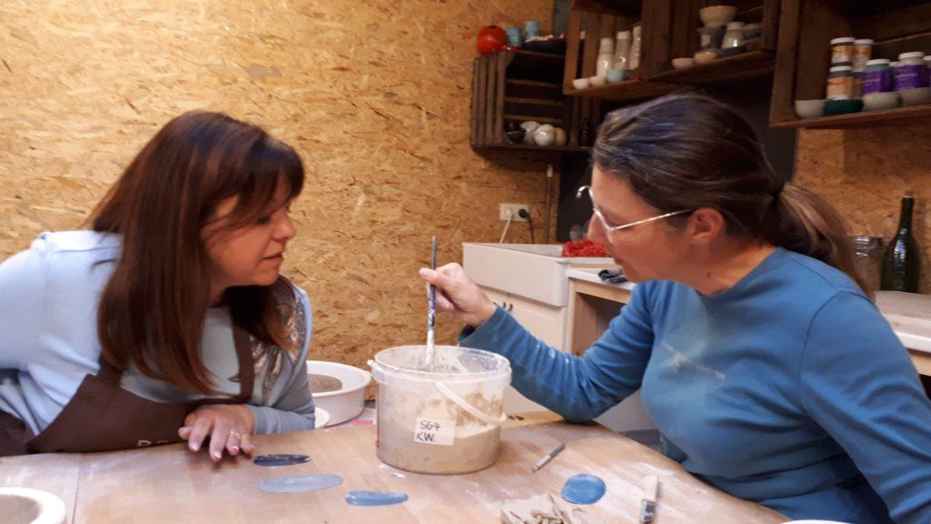 Kathleen geeft uitleg hoe je met klei in een malle werkt