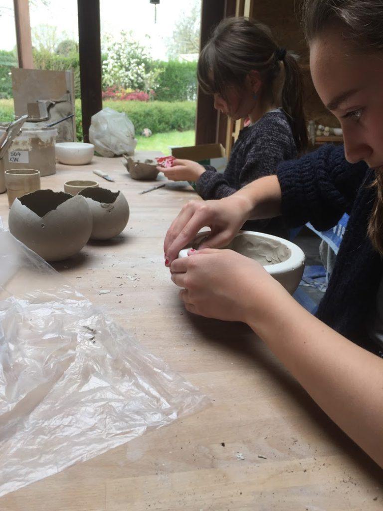 klei workshop met de kinderen, werken in mallen