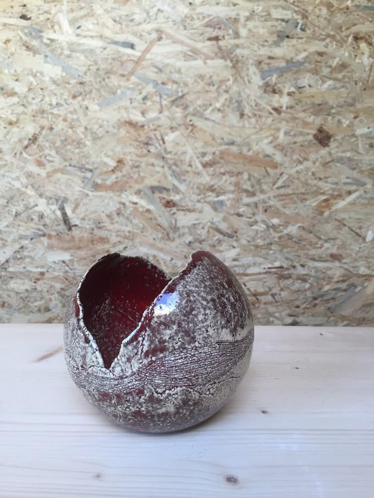 bol gemaakt in malle afgewerkt met rood gevlamde glazuur